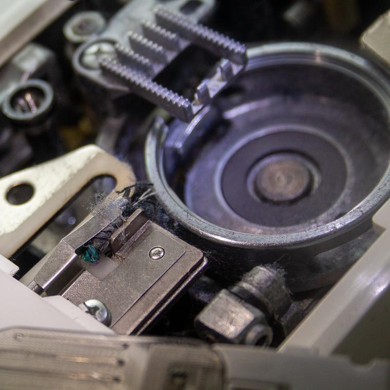 Sewing Machine Cleaning Sie Macht Bobbin Area